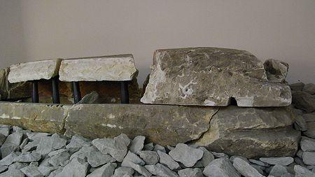 凝灰岩を刳り貫いて造られた舟形石棺で、棺身の全長2.65m、中央幅67cm、深さ14〜16cm。蓋はカマボコ型で内面を15cmほど刳り貫いている。内部は赤色顔料が塗布されている。